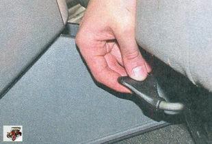 блокирующий рычаг для регулировки положения передних сидений в продольном направлении