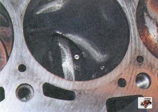 осмотр зеркала цилиндров на наличие царапин, задиров, раковин и другие дефектов