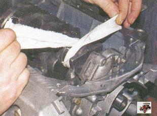 тщательно протрите чистой тряпкой шатунные шейки коленчатого вала