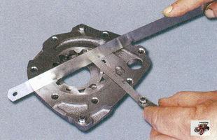 проверка осевого зазора ведомой шестерню масляного насоса