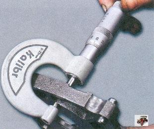 измерение микрометром толщины корпуса масляного насоса