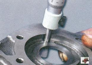 измерение микрометром толщины крышки масляного насоса