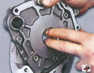 проверните ведущую и ведомую шестерни масляного насоса на несколько оборотов, чтобы смазать их рабочие поверхности