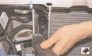 снятие подводящего патрубка с радиатора Лада Приора ВАЗ 2170
