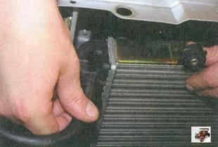 снятие пароотводящего шланга со штуцера радиатора