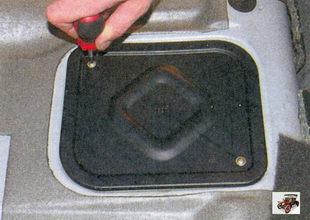 винты крепления крышки люка над топливным насосом