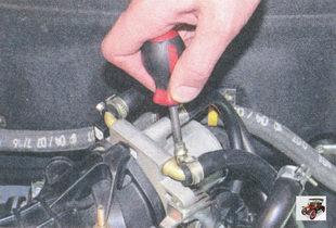 крепление хомута первого шланга подогрева корпуса дроссельного узла
