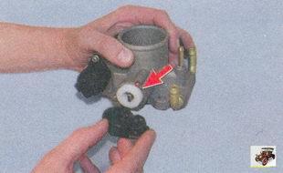 поролоновое кольцо, установленное под датчиком положения дроссельной заслонки