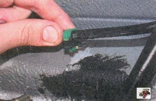 держатель трубки слива топлива