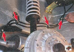 гайки крепления держателей пароотводящей трубки и трубки слива топлива