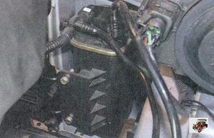 адсорбер системы улавливания паров топлива установлен в моторном отсеке на облицовке радиатора справа