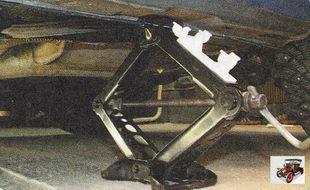 устанавливают домкрат под порог кузова