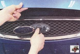 откройте на автомобиле капот