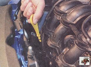 измерьте маслоизмерительным щупом уровень масла в двигателе