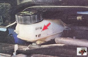 проверьте уровень тормозной жидкости в тормозном бачке