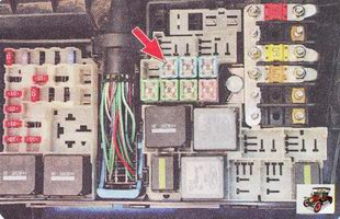 перегорание предохранителя F13 в блоке предохранителей и реле