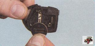 извлеките батарейку из корпуса брелка дистанционного управления