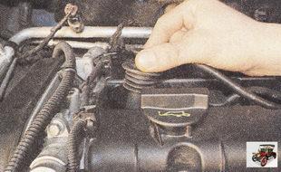 при снятии наконечников высоковольтных проводов никогда не тяните за сам провод