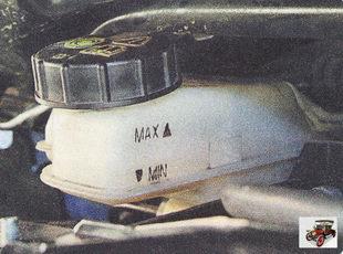 проверяйте уровень тормозной жидкости в бачке главного тормозного цилиндра