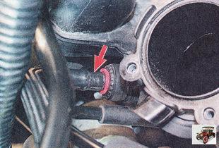 соединение шланга вакуумного усилителя торомзов со штуцером на впускной трубе