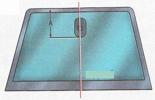 Разметка положения кронштейна крепления салонного зеркала заднего вида на лобовом стекле Форд Фокус 2