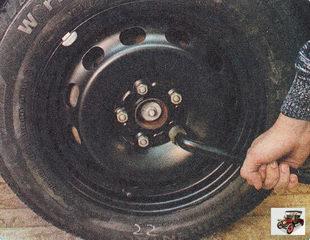 баллонным ключом ослабьте пять гаек крепления колеса