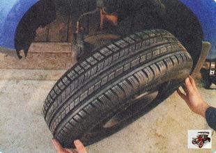 отверните гайки и снимите колесо
