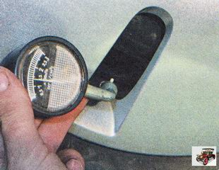 манометр для проверки давление воздуха в шине