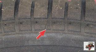 индикатор на боковине шины помечен треугольником или буквами «TWI»