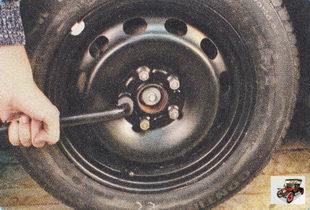 проверьте затяжку гаек крепления колеса