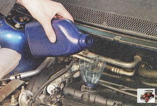 залейте масло в двигатель, контролируя его уровень с помощью указателя