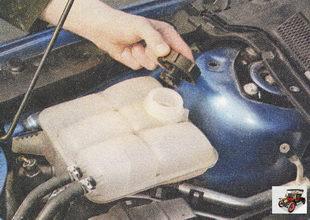 для доливки охлаждающей жидкости отверните пробку расширительного бачка
