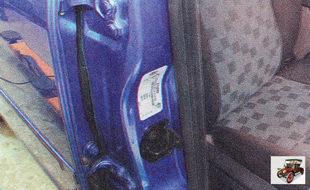 Идентификационная табличка приклеена к правой средней стойке автомобиля