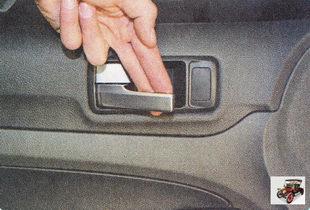 боковые двери открывают, потянув на себя внутреннюю ручку