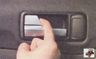разблокировать двери можно потянув на себя клавишу блокировки