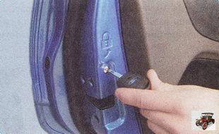механизм исключающий возможность открывания дверей изнутри («детский» замок)