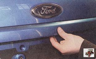 для того чтобы открыть дверь задка (крышку багажника), нажмите на клавишу