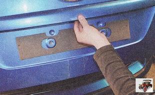 поднимите дверь (крышку багажника) вверх