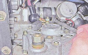 гайка крепления наконечников проводов к выводу генератора