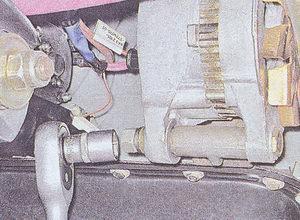 гайка крепления генератора к кронштейну на блоке цилиндров