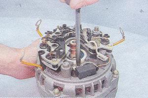 винт крепления конденсатора генератора