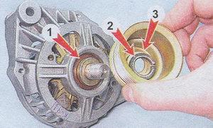 (1) дистанционная втулка - (2) плоская шайба - (3) шкив генератора