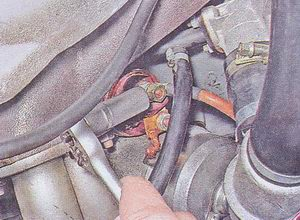 гайка крепления провода соединяющего стартер с аккумулятором
