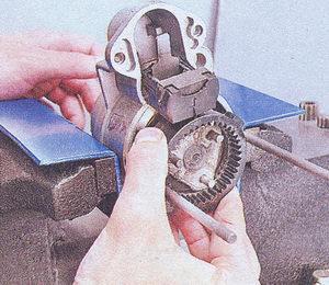 крышка стартера - рычаг привода - опора рычага привода - планетарная шестерня редуктора