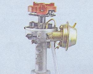 винты крепления вакуумного регулятора к корпусу трамблера