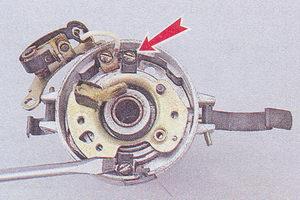 винты крепления подвижной пластины прерывателя к корпусу распределителя зажигания