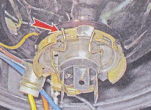 пружинный фиксатор лампы ближнего / дальнего света