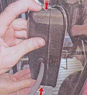 фиксаторы крышки дополнительного стоп сигнала ваз 2107