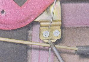 винты крепления прижимной пластины троса к кронштейну стекла