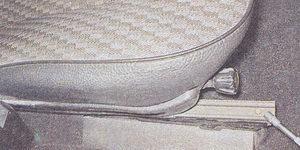 болт переднего крепления наружной направляющей салазок сиденья ваз 2107